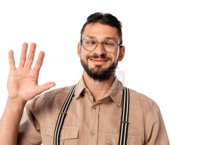 Photo pour Strabisme souriant nerd dans les lunettes agitant la main isolé sur blanc - image libre de droit