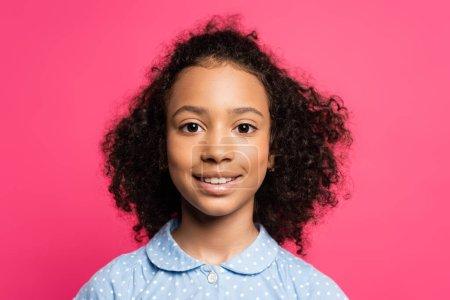 Photo pour Sourire mignon frisé afro-américain enfant isolé sur rose - image libre de droit