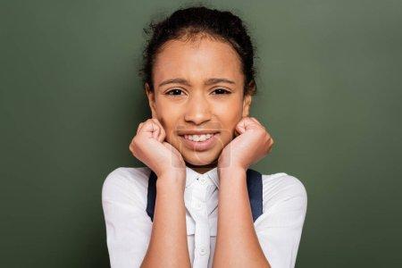 Photo pour Afro-américaine effrayée écolière près de tableau vert vide - image libre de droit