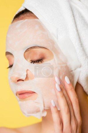 Photo pour Nu belle femme avec serviette sur la tête, les yeux fermés et masque isolé sur jaune - image libre de droit