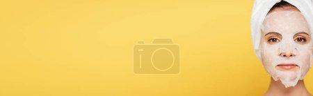 Photo pour Belle femme avec serviette sur la tête et masque isolé sur jaune, vue panoramique - image libre de droit