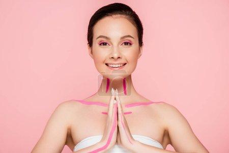 Photo pour Sourire belle femme avec des lignes roses sur le corps montrant s'il vous plaît geste isolé sur rose - image libre de droit