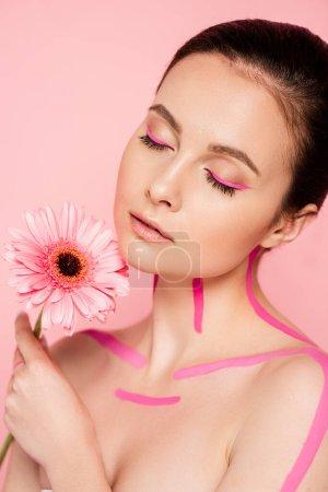 Photo pour Nu belle femme avec des lignes roses sur le corps et fleur isolé sur rose - image libre de droit