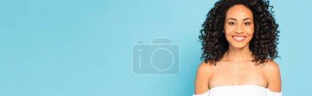 concepto panorámico de chica afroamericana feliz aislado en azul