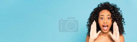 Photo pour Image horizontale de fille afro-américaine émotionnelle criant isolé sur bleu - image libre de droit
