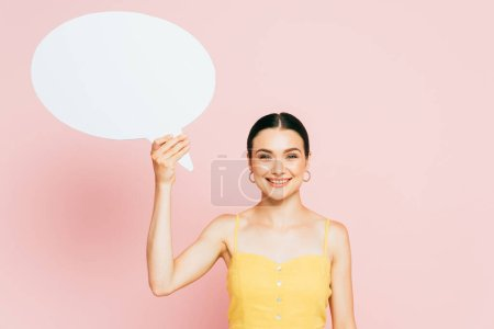 Photo pour Brunette jeune femme avec blanc blanc bulle de discours sur rose - image libre de droit