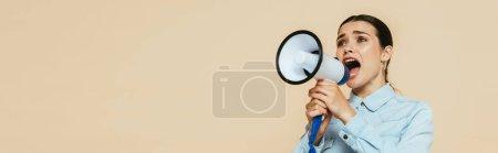 Photo pour Femme brune en chemise denim criant dans haut-parleur isolé sur beige, plan panoramique - image libre de droit