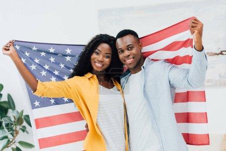 Photo pour Couple afro-américain tenant le drapeau de l'Amérique - image libre de droit