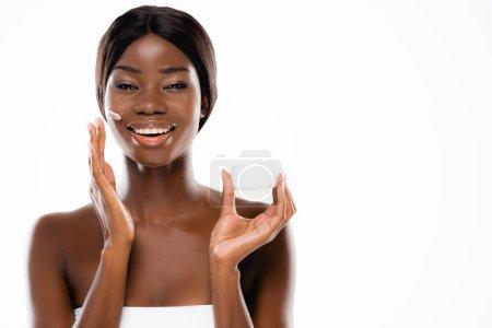 Photo pour Afro-américaine application de crème cosmétique sur le visage isolé sur blanc - image libre de droit
