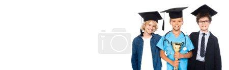 Photo pour Récolte panoramique d'enfants en casquettes de graduation vêtus de costumes de différentes professions tenant trophée isolé sur blanc - image libre de droit