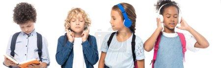 Photo pour Concept panoramique d'écolière écouter de la musique et regarder garçon lecture livre près écoliers multiculturels isolés sur blanc - image libre de droit
