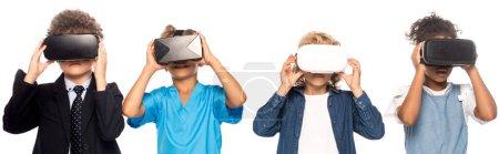 Photo pour Plan panoramique d'enfants multiculturels vêtus de costumes de différentes professions touchant des casques de réalité virtuelle isolés sur blanc - image libre de droit