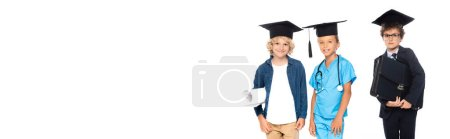 Photo pour Récolte panoramique d'enfants en casquettes de graduation vêtus de costumes de différentes professions tenant le plan et la mallette isolés sur blanc - image libre de droit