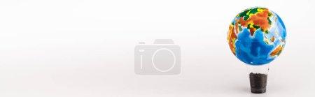 Photo pour Globe sur une tasse en plastique avec sol sur fond blanc, panoramique - image libre de droit