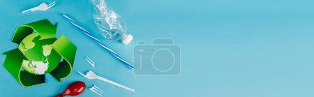 Photo pour Vue du dessus du symbole de recyclage près des déchets plastiques sur fond bleu, vue panoramique - image libre de droit