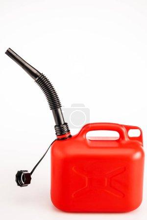 kanister z czerwoną benzyną na białym tle