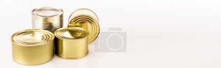 boîtes en métal doré sur fond blanc, panoramique