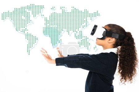 Photo pour Écolière afro-américaine avec les mains tendues en utilisant un casque de réalité virtuelle isolé sur une illustration de carte blanche et mondiale - image libre de droit