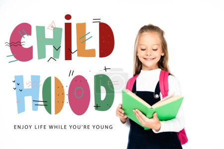 Photo pour Écolière souriant tout en lisant le livre isolé sur blanc, illustration d'enfance - image libre de droit