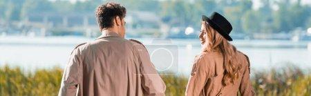 Photo pour Concept panoramique de couple en trench coats se regardant - image libre de droit