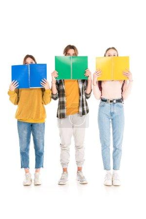Foto de Adolescentes cubriendo caras con cuadernos sobre fondo blanco - Imagen libre de derechos