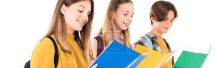 Photo pour Récolte panoramique d'adolescents souriants regardant des livres de copie isolés sur blanc - image libre de droit