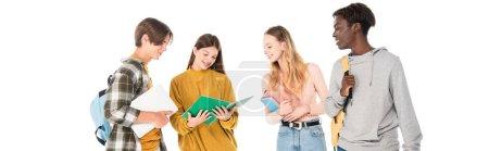 Foto de Cultivo horizontal de adolescentes multiculturales sonrientes con laptop, notebook y mochilas aisladas en blanco - Imagen libre de derechos