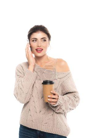 trendige Frau im durchbrochenen Pullover, Kaffee to go in der Hand und Gespräche auf dem Smartphone isoliert auf weiß