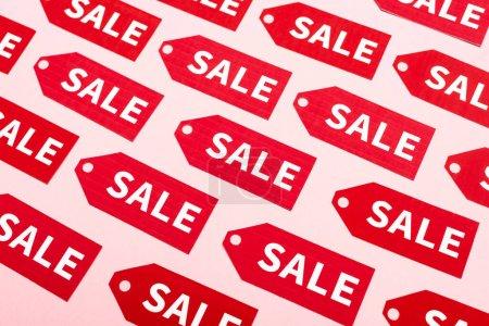 Photo pour Vue du haut des étiquettes avec lettrage de vente sur rose, concept du vendredi noir - image libre de droit