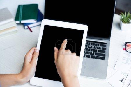 Photo pour Vue recadrée de la femme pointant du doigt vers la tablette numérique - image libre de droit