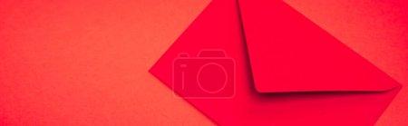 Photo pour Vue du dessus de l'enveloppe sur fond rouge, bannière - image libre de droit