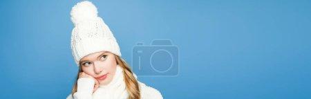 Photo pour Chère blonde belle femme en tenue blanche d'hiver sur fond bleu, bannière - image libre de droit