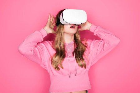 Photo pour Choqué belle femme en vr casque sur fond rose - image libre de droit