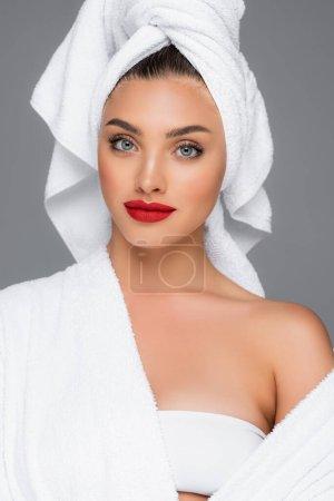 Photo pour Femme avec serviette sur la tête et lèvres rouges isolées sur gris - image libre de droit