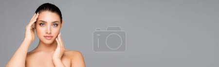 Photo pour Belle femme posant isolée sur gris, bannière - image libre de droit
