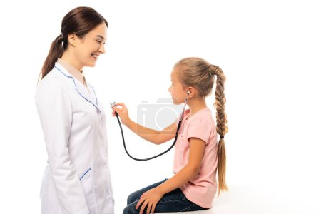 Stéthoscope pour enfant près d'un médecin souriant isolé sur blanc