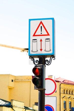 Nahaufnahme von Verkehrsschildern und Verkehrsschildern in der Stadt