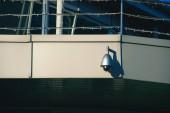 """Постер, картина, фотообои """"крупным планом зрения камеры безопасности на строительство фасада в солнечном свете"""""""