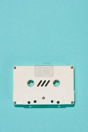 Photo pour Vue de dessus du blanc rétro cassette audio isolé sur bleu - image libre de droit
