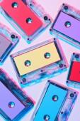 """Постер, картина, фотообои """"вид сверху аранжированное красочных аудио кассет на фиолетовом фоне"""""""