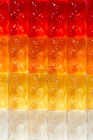 Foto de Disparo de fotograma completo de osos gummy en gradiente - Imagen libre de derechos