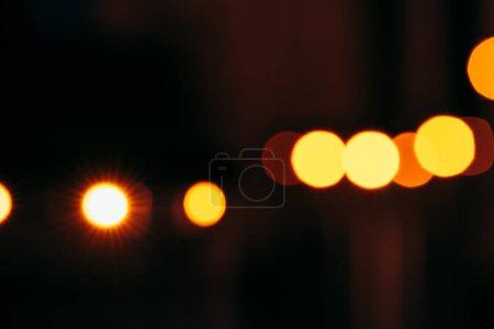 Photo pour Vue rapprochée de lumières bokeh colorées sur fond sombre - image libre de droit
