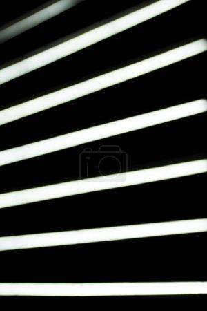 Foto de Cerrar vista de lámparas borrosa rayo blanco sobre fondo negro - Imagen libre de derechos