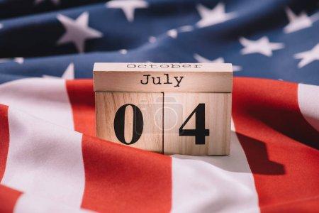 Photo pour Vue rapprochée du calendrier en bois avec date du 4 juillet sur le drapeau américain, concept de fête de l'indépendance américaine - image libre de droit