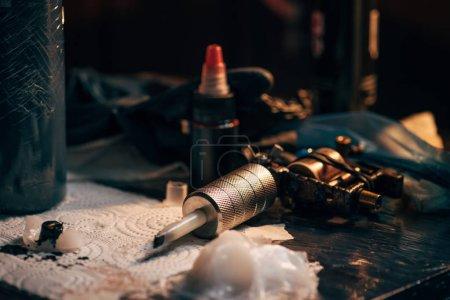 bouchent la vue de la machine à tatouer, encre et autres équipements pour le tatouage des processus