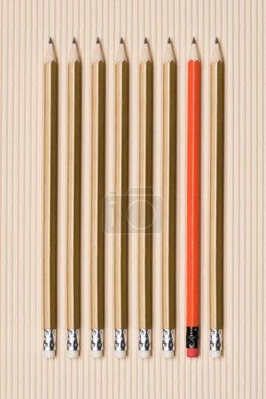 Photo pour Vue de dessus des crayons graphite avec gommes à effacer, mis en ligne sur beige - image libre de droit