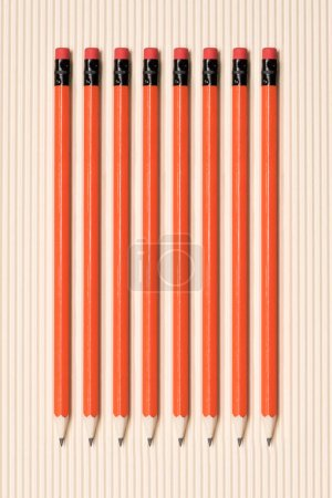 Photo pour Vue de crayons graphite avec gommes à effacer, mis en ligne sur beige - image libre de droit
