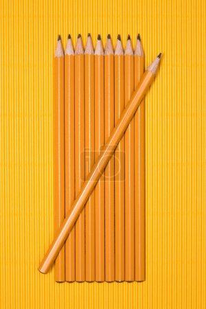 Photo pour Vue de crayons graphites placés en rang sur jaune - image libre de droit