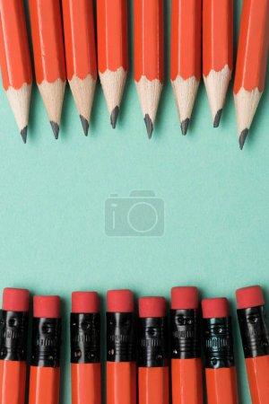 Photo pour Vue de dessus des crayons et gommes graphite sur crayons placés en rangées sur vert - image libre de droit