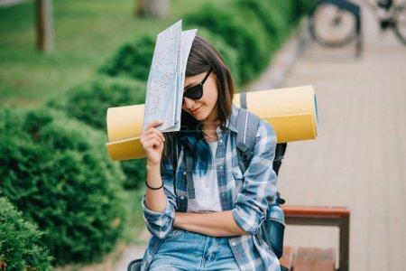 Photo pour Jeune routeuse en lunettes de soleil tenant la carte - image libre de droit